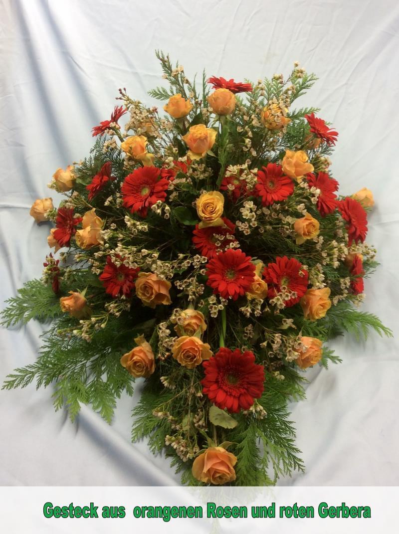 Gesteck as orangenen Rosen und roten Gerbera